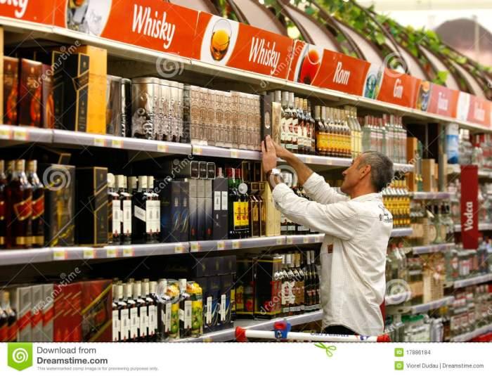 compras-del-alcohol-y-del-liqour-en-el-supermercado-17886184.jpg