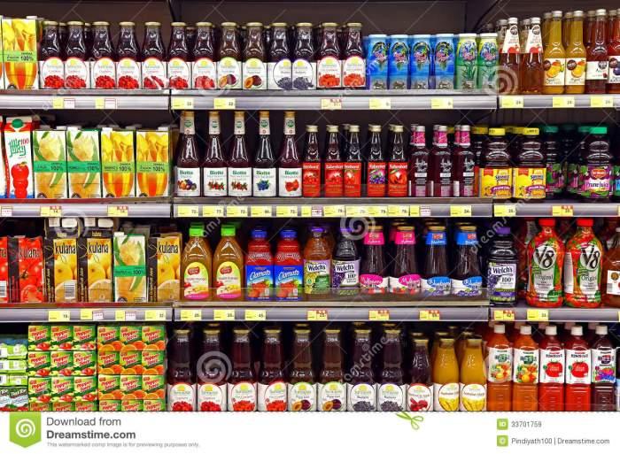 zumos-de-fruta-en-botellas-en-el-supermercado-33701759